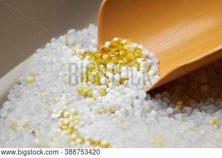 Silica Gel In Litter Box. Dustpan In Cat Toilet With Pee In Silicagel Filler. Dust Free Reused And O
