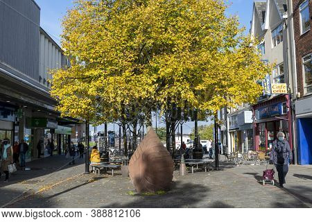 Doncaster,yorkshire, England - October 7, 2020. Statue, Tree With Yellow Leaves And People On The St