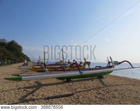 Denpasar, Indonesia - September 29, 2019: A Row Of Jukung Boats Anchored On Sanur Beach.