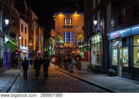Dublin, Ireland- 08 November 2015: Nightlife At Popular Historical Part Of The City - Temple Bar Qua
