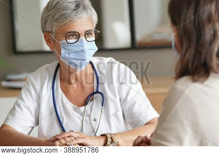 patient in a doctor's appointment for coronavirus
