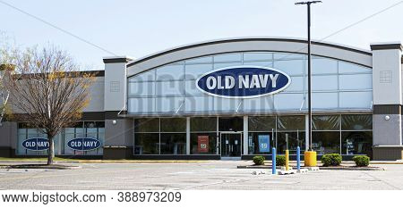 Bay Shore, New York, Usa - 25 April 2020: An Empty Parking Lot In Front Of A Closed Old Navy Store D