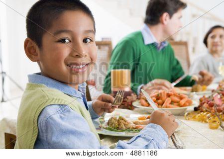 家庭所有一起在圣诞晚宴