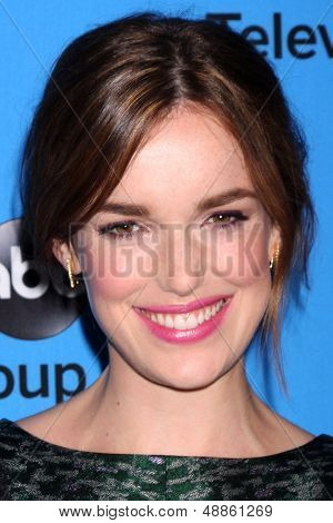 LOS ANGELES - AUG 4:  Elizabeth Henstridge arrives at the ABC Summer 2013 TCA Party at the Beverly Hilton Hotel on August 4, 2013 in Beverly Hills, CA