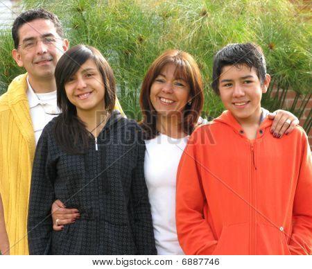 Familia se encuentra en la hierba contra la casa