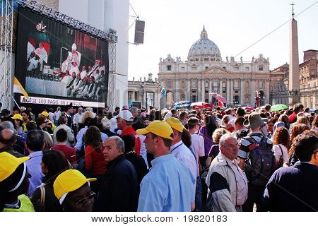 crowd in st peter's square