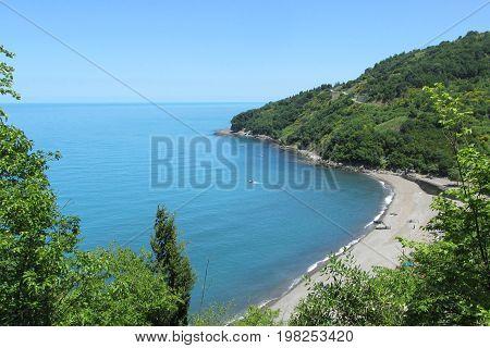 zonguldakdan karadeniz kıyıları,dağlar denize dik olarak uzanırlar
