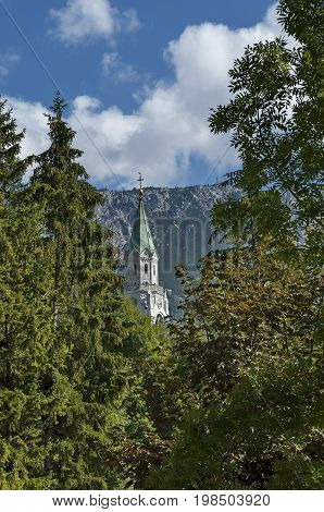 Autumnal corso Italia, the Church or Synagogue in the town center of Cortina d'Ampezzo, Dolomite, Alps, Veneto, Italy, Europe