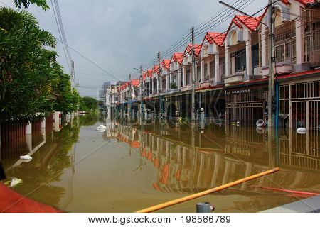 NAKHONSAWAN - OCTOBER 13: People who live in the area, has a high flood. Thai people have a difficult journey. flooding of October 13, 2011 in Nakhon Sawan, Thailand.