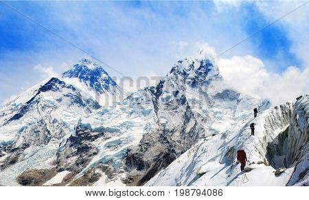 Panoramic view of Mount Everest from Kala Patthar with group of climbers on the way to Everest Sagarmatha national park Khumbu valley - Nepal