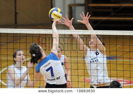 KAPOSVAR, Hongrie - 21 mars : Petra Horvath (R) bloque le ballon à la femme hongroise NB I. Ligue