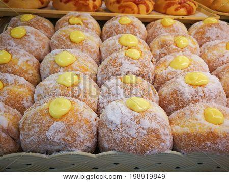 Many donuts are put together Fresco Hanukkah Donuts nel mercato