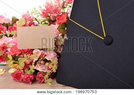 Hat and flower congratulations cards for university graduates