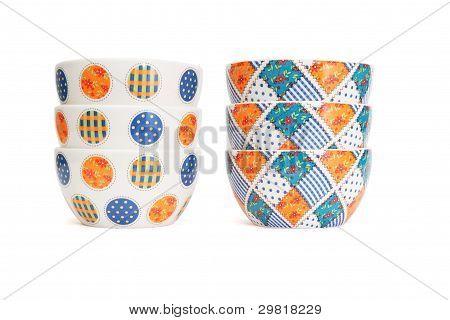 zwei Stapel der Porzellan Schalen isoliert