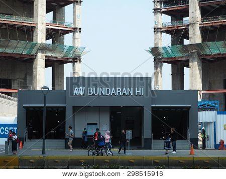 Jakarta, Indonesia - April 7, 2019: Some People Doing Activities At The Entrance Gate Of Bundaran Hi