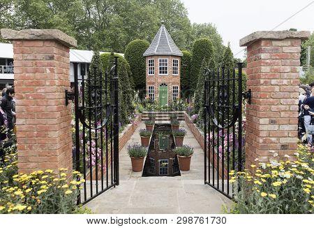 Harrods British Eccentrics Garden By Diarmuid Gavin At Rhs Chelsea Flower Show 2016, London, Uk - Ma