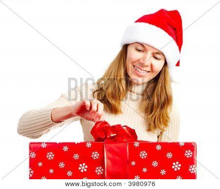Mujer feliz y regalo de Navidad