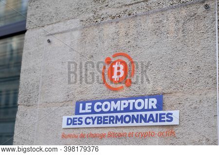 Bordeaux , Aquitaine  France - 12 01 2020 : Bitcoin Logo And Text Sign On Le Comptoir Des Cybermonna