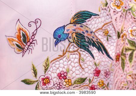 Kebaya com pássaros e borboletas