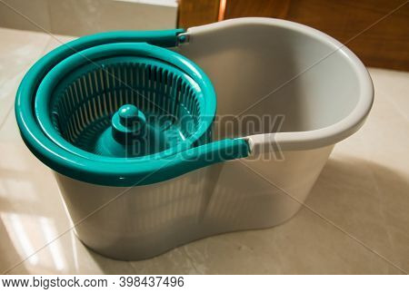 Round Spin Mop With Microfiber Head. Plastic Spin Mop Bucket. Cleaning Mop And Bucket