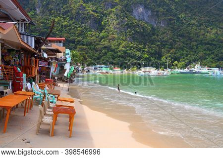 Palawan, Philippines - December 2, 2017: Local Children Play In The Beach Of Tourist Resort Town Of
