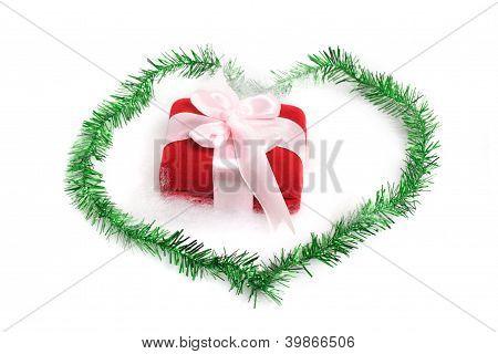 Weihnachtsgeschenk auf weiß