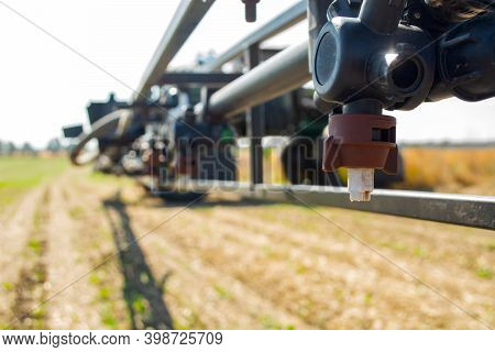 Replaceable Sprayer Of A Field High-clearance Sprayer On A Hinged Boom