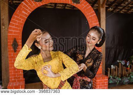 Javanese Indonesian Dance Instructor Teach A Dance Movement
