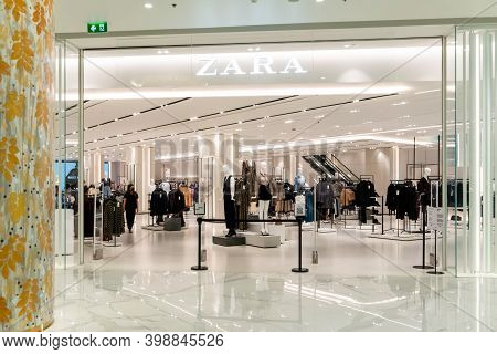Zara Shop At Saim Paragon Bangkok, Thailand, Nov 28, 2020 : Zara Window Display. Luxury And Fashiona