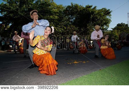 Khon Kaen,thailand - November 29 , 2019 : Unidentified Traditional Dancing Is Rum Vong In Participan
