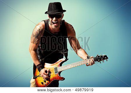 Rock-Musiker ist elektrische Gitarre spielt.