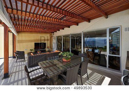 Innenarchitektur: schöne moderne Terrasse Lounge mit Pergola