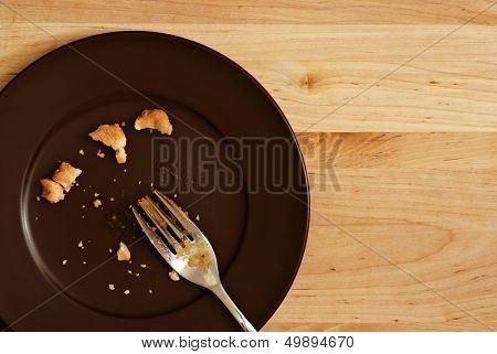 Imagen de fondo de vacaciones de todo lo que queda de un delicioso pedazo de pastel de calabaza.  Placa con migas