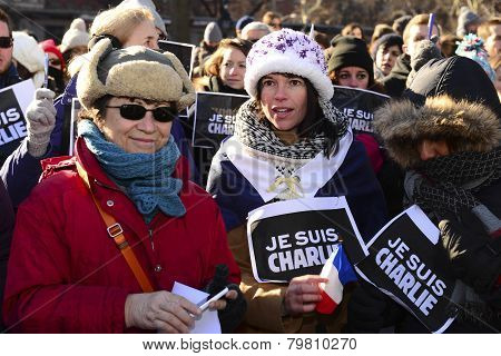 Women with Je Suis Charlie signs