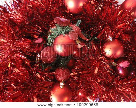 adornos de navidad en rojo con bolas