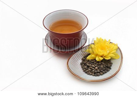Ginseng  twisted tea leaves with yellow flower and gaiwan with tea
