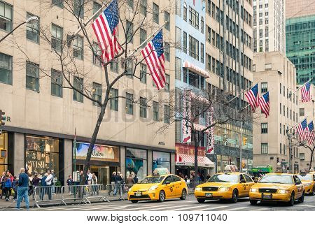 New York - December 22, 2013: Yellow Taxicabs And American Flags On The 5Th Avenue