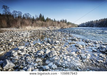 An image of the river isar in autumn