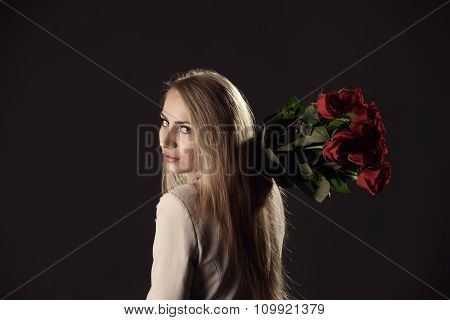 Sexy model threw rose bouquet over her shoulder