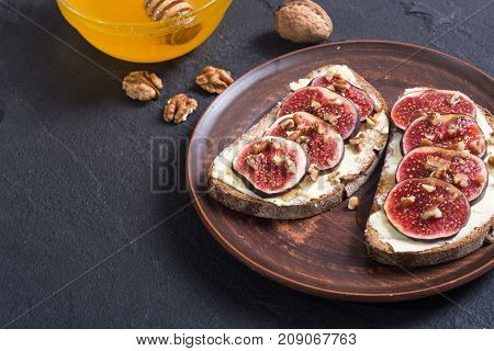 Healthy toast with figs walnuts and honey