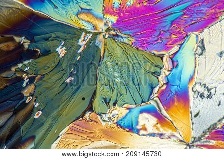 microscopic shot showing crystals of liqueur in polarised light