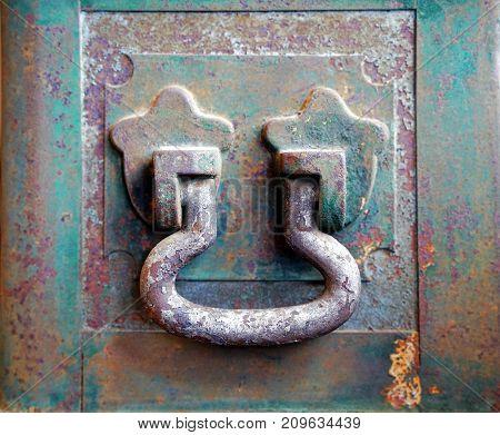 Close up vintage old rusty steel handle on green treasure box