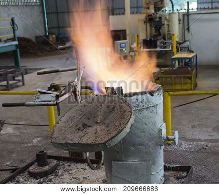 Flame of gas preheating ladle for iron casting process