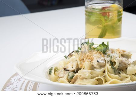 delicious dried tagliatelle with chicken, seasoned with single cream, garlic, onion, chives, parmesan, black pepper, salt