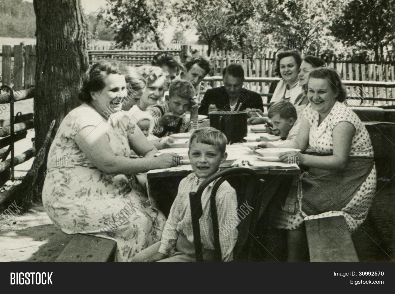 Image et photo de photo vintage de grande famille bigstock for Idee repas convivial en famille