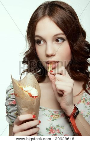 Woman is eating pommes frites