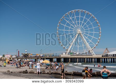 Atlantic City, Nj - 11 June 2019: White Ferris Wheel On Steel Pier In Atlantic City On The New Jerse