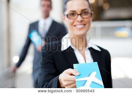 Empresaria entrega boleto aéreo a su llegada en contador
