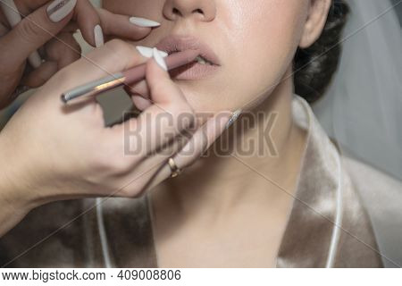 Makeup Artist Makes Makeup To The Bride. Beautiful, Healthy Skin. The Lips Are Painted With Natural
