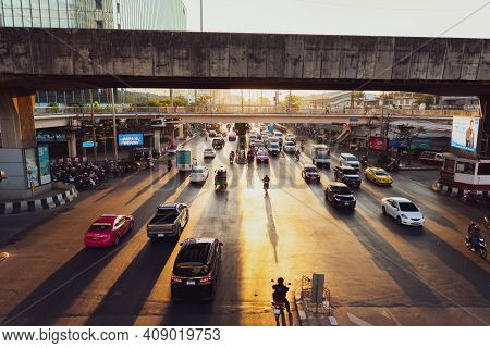 Bangkok, Thailand - January 7, 2021 : The Traffic Moment At Rama Iv Intersection At Downtown Of Bang